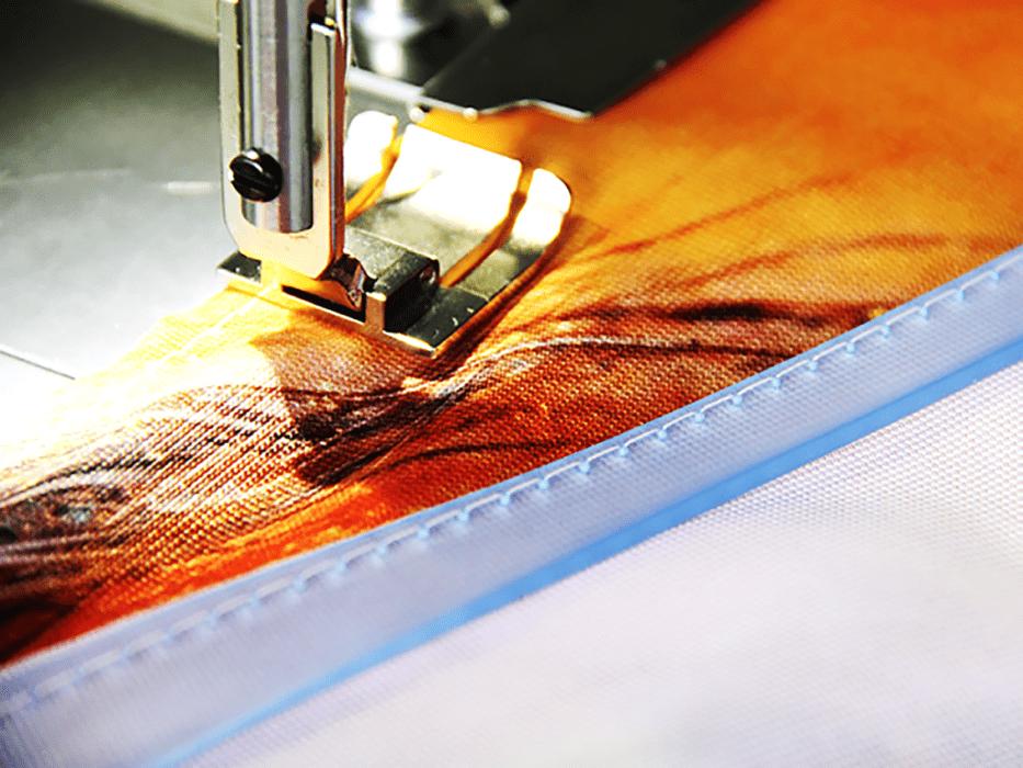 doszywanie płaskiego kedra silikonowego do tkanin reklamowych